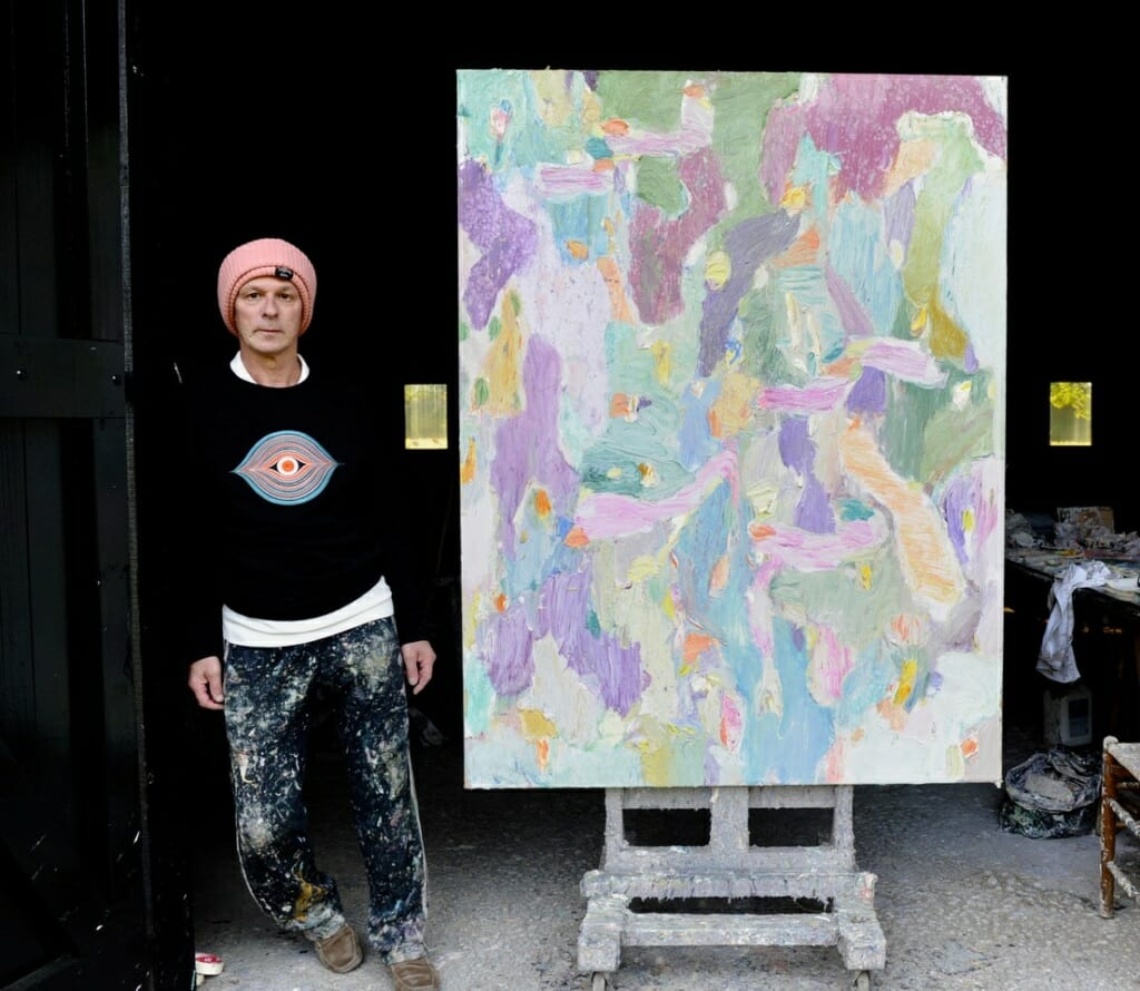 """<p>Marc Mulders bij een van zijn recente bloemenweide impressies. """"Tegenwoordig is mijn werk abstracter. Het gaat me niet meer om die ene bloem.""""</p>"""