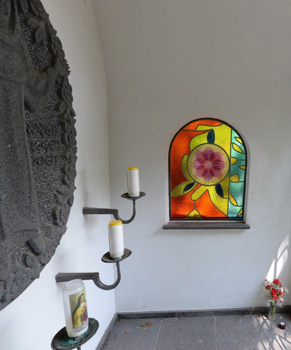Theresia Kapel Landgoed Baest, Glas in lood raam 'TULPENBED' 2021