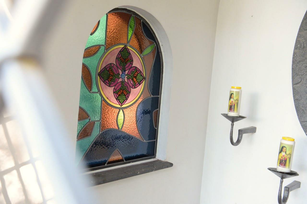 Theresia Kapel Landgoed Baest, glas in loodraam 'WIJNRANK' 2021